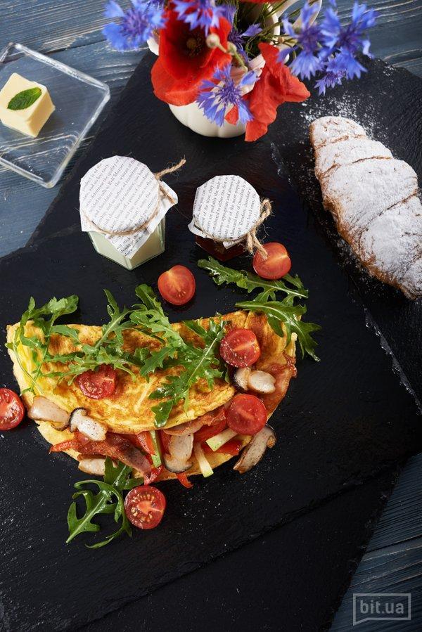 Омлет с овощами, сырокопченым беконом, томатами черри и рукколой — 72 грн