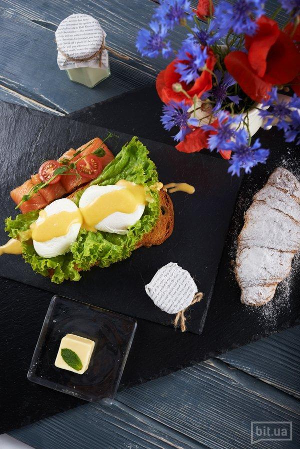 Яйца Бенедикт с маринованным лососем и салатом из свежих овощей — 72 грн