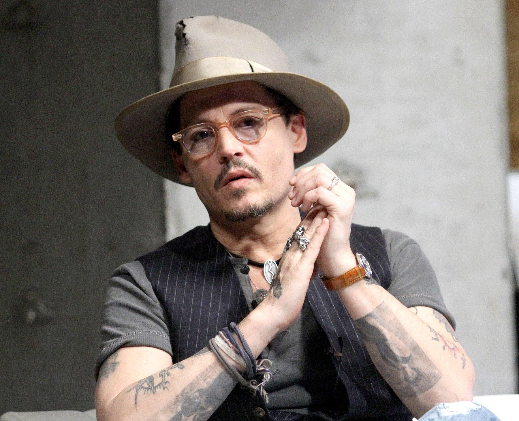 1396449059_johnny-depp-engagement-ring-zoom