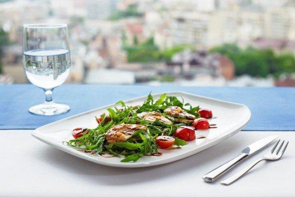 Салат с угрем, рукколой, помидорами черри и кедровыми орешками  - 285грн