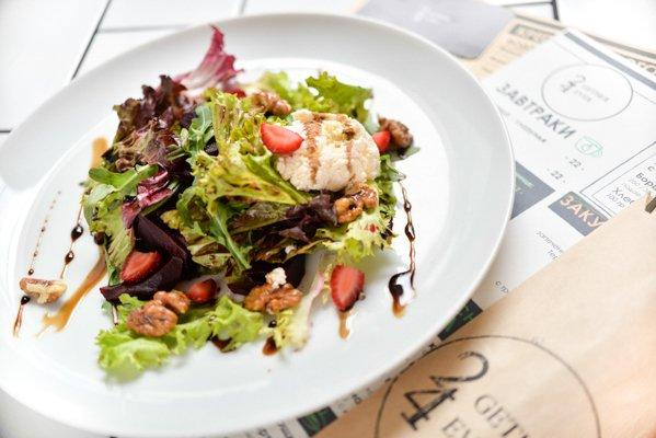 Салат из запеченной свеклы с сыром рикотта, рукколой, и бальзамической заправкой - 74 грн
