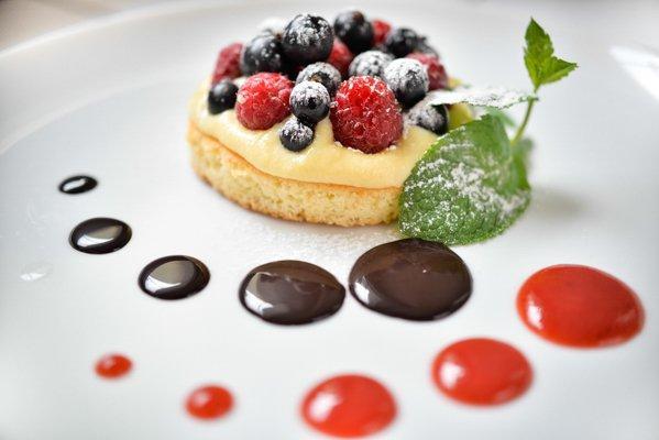 Тарталетка с заварным кремом и ягодами - 49 грн