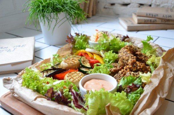 Легкий сет на двоих - запеченные куриные пальчики с орехами и соусом Терияки, овощи гриль и салат Коул Слоу - 114 грн