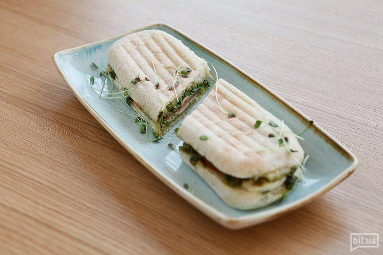 Чиабатта с моцареллой и томатами - 69 грн