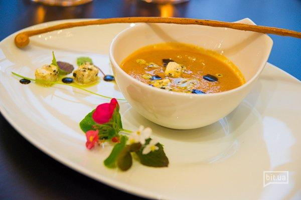 Крем суп из баклажан с томленым сыром Фета и базиликом – 80 грн