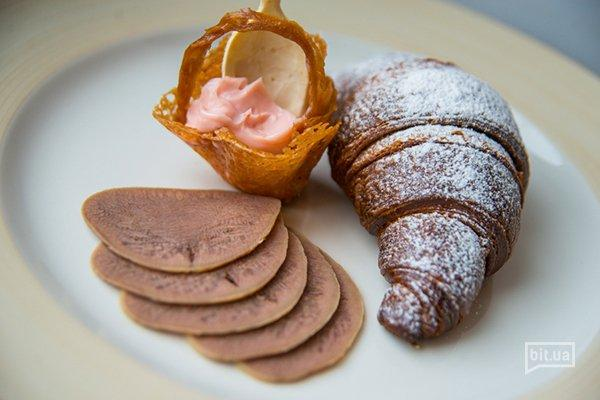 Круаcсан шоколадный с сыром  D'or Blue, языком и малиновым майонезом - 40 грн