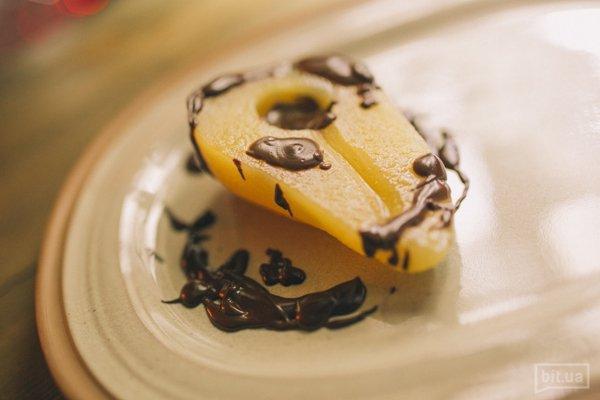 Груша пряная с цукатами и шоколадным соусом - 40 грн
