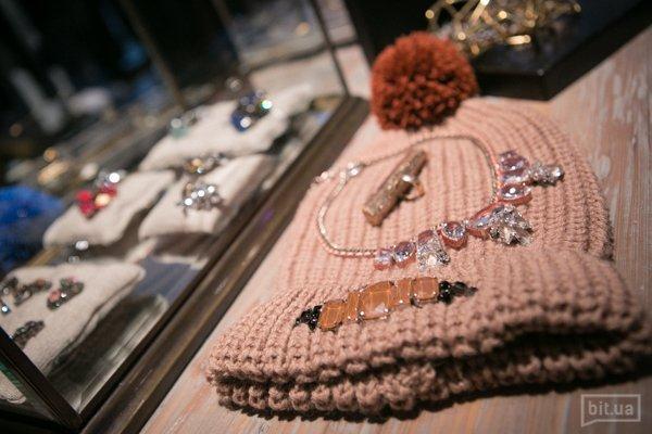 шапка (4840 грн) и ожерелье (5280 грн). Все — Rada
