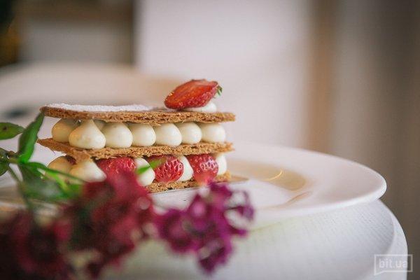 Мille-feuille - карамелизованное слоёное тесто, крем Дипломат, свежие сезонные ягоды - 75 грн