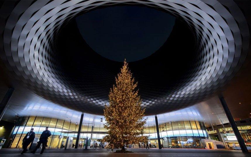 Рождественская ель в Базеле под крышей выставочного центра Messe Basel.