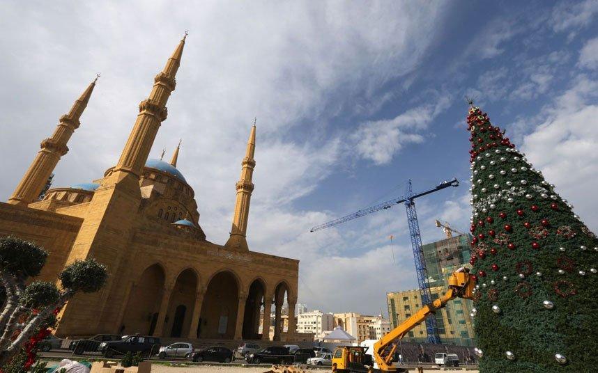 Загадать желание под рождественской елочкой можно даже в мусульманском Ливане. Например, под этим деревцем, расположившимся рядом с мечетью Мухаммеда Аль-Амина в центре Бейрута.