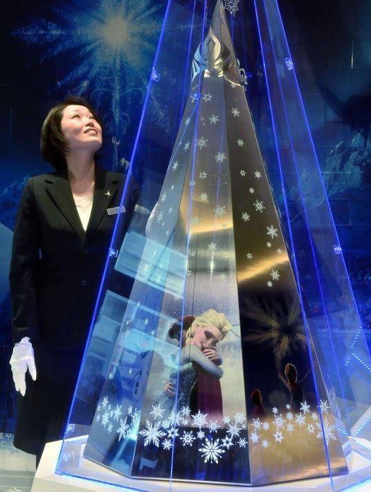 """Одна из самых дорогих рождественских елей находится в Токио, в ювелирном магазине Tanaka Kikinzoku Jewelry. Стоит 2.56 миллиона долларов, материал - чистая платина, настроение как у диснеевских персонажей из мультфильма """"Холодное сердце""""."""