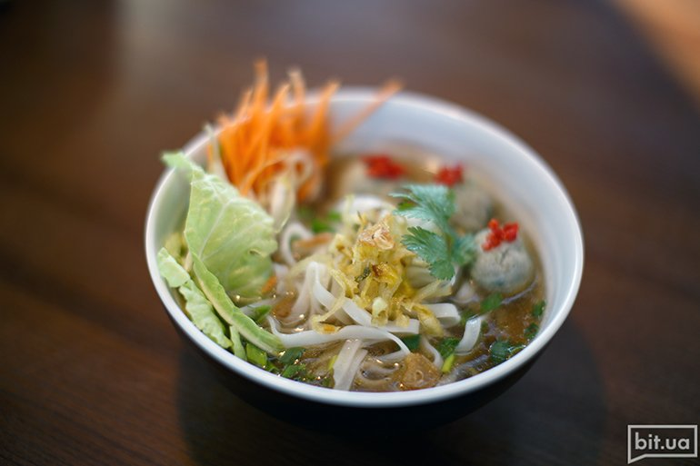 Нуддл-суп с фишболлами - 59 грн