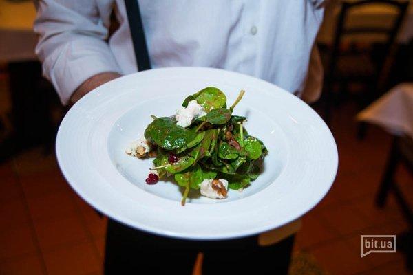 Салат со шпинатом, грушей и сыром Горгонзола с клюквенным соусом — 128 грн
