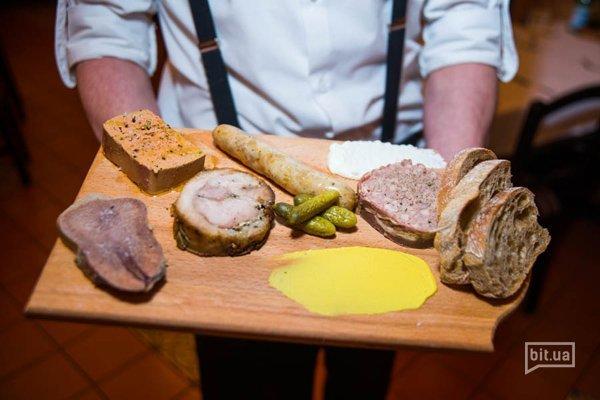 Болито Мисто - мясные антипасти собственного приготовления - отварной язык, поркетта, террин, куриная колбаска и паштет - 224 грн