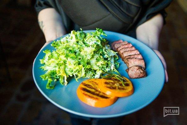 Теплый салат с хурмой и говядиной гриль - 85 грн