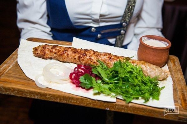 Люля-кбебаб из индейки с грузинским ореховым соусом баже - 180 гр, 145 грн.
