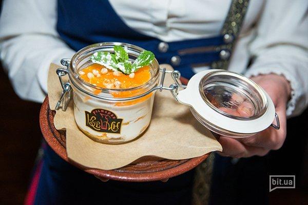 Сладкий мацони с мандаринами и кедровыми орехами - 280 гр, 85 грн.