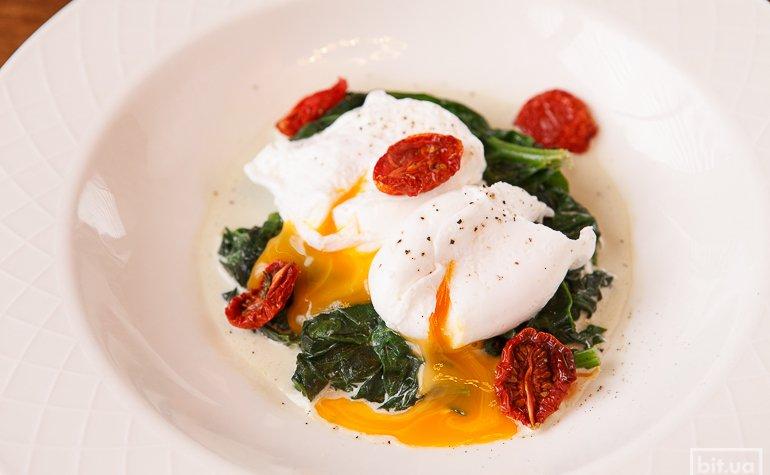 Свежий шпинат с яйцом пашот — 112 грн
