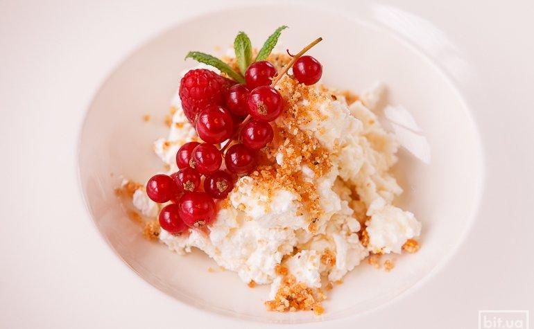 Творог с трюфельным медом и ягодами — 89 грн