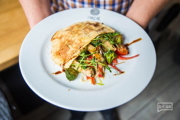 Салат с обжаренными в бальзамике тофу, брокколи и цикорием с кунжутной заправкой - 160 гр, 82 грн