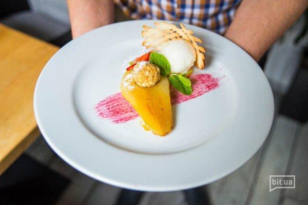 Груша варенная в меду и запеченная в хоспере с ореховым крамблом и лимонным сорбетом - 160 гр, 58 грн