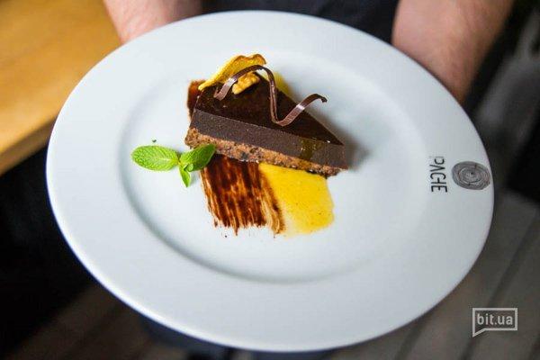 Шоколадный торт с овсянным бисквитом и яблочно-банановым джемом - 130 гр, 54 грн