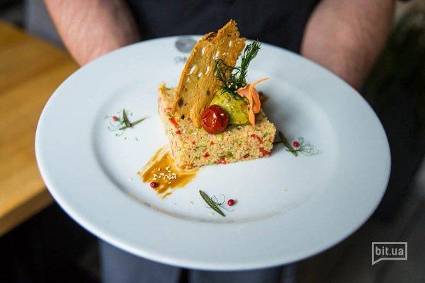 Пряное табуле из кус-куса, огурца, паприки и томата с нежным гуакамоле - 180 гр, 78 грн