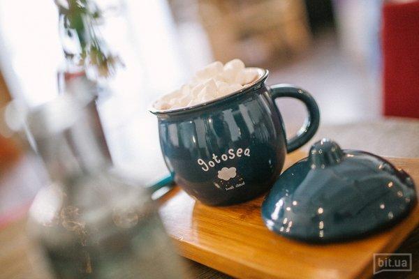 Новый Хармс не прощается с традицией. Тот самый какао с маршмеллоу в тех самых чашках, которые, кстати, в продаже