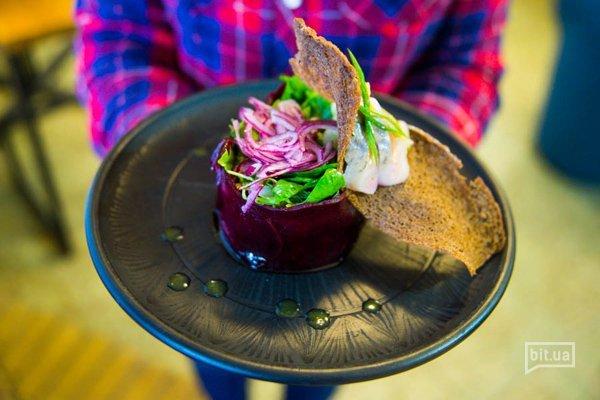 Салат с сельдью и свеклой под апельстновым соусом - 250 гр, 57 грн