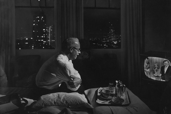 Nat-Farbman-A-traveling-businessman-watches-TV-in-a-hotel-room-1958-tumblr_ml9s4cs2N61rytfqio1_1280-copie