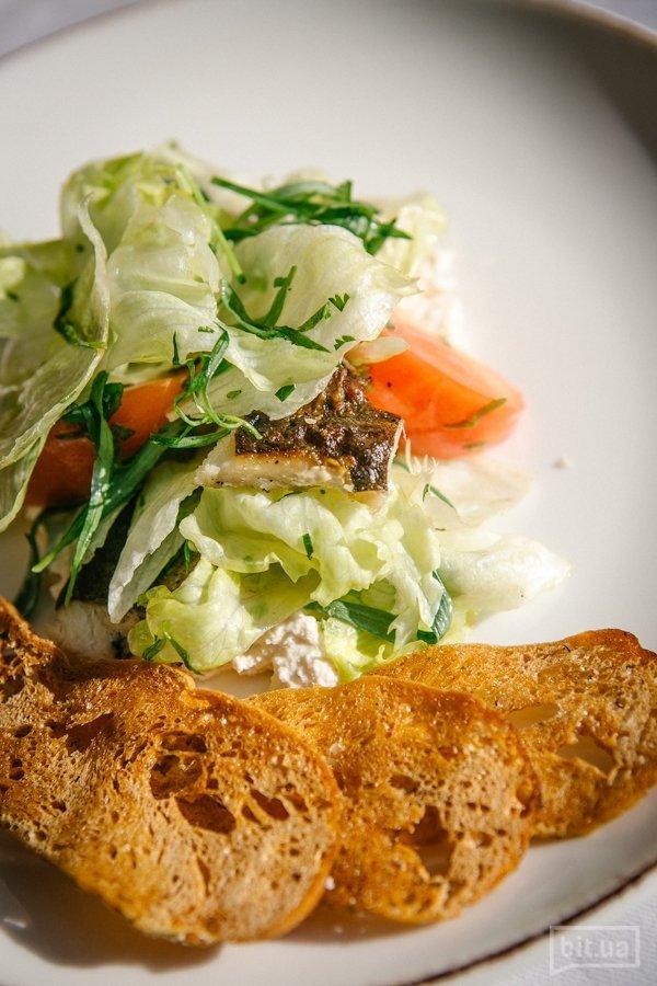 Салат с форелью домашнего копчения, айсбергом и сыром надуги - 180 гр, 135 грн