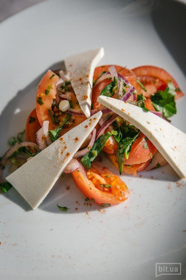 Салат с розовыми помидорами и овечьей брынзой - 180 гр, 89 грн