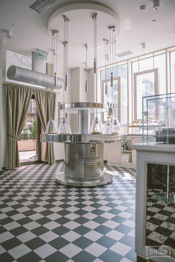 Бутик на первом этаже — это кондитерская и пекарня, здесь можно купить хлеб и десерты  на вынос