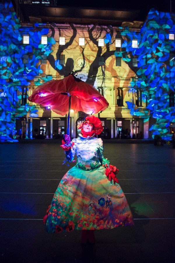Vivid_Sydney_2015_Enchanted_Sydney_Customs_House_with_Street_Performer_Monet_Credit_Destination_NSW_DB_028