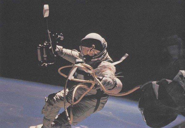 0006-011-Pervym-amerikanskim-astronavtom-vyshedshim-v-otkrytyj-kosmos