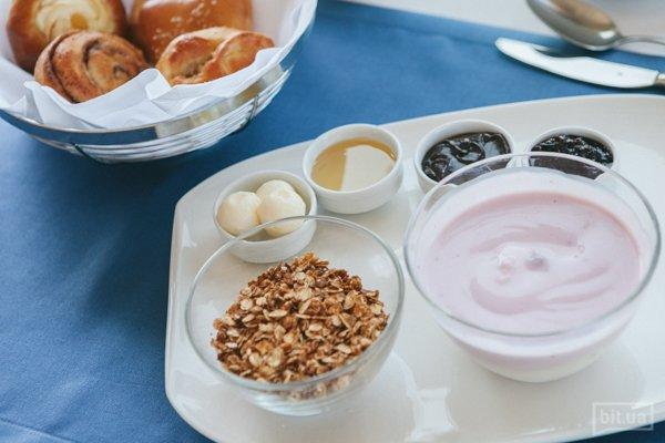 Фитнес-завтрак: домашние мюсли с молоком/йогуртом, фруктовый салат, белковый омлет, ветчина из индейки, тосты из ржаной муки, масло сливочное, мед, джем, шоколадный крем, эспрессо/ американо/ американо с молоком/чай, грейпфрутовый/апельстновый фреш — 215 грн