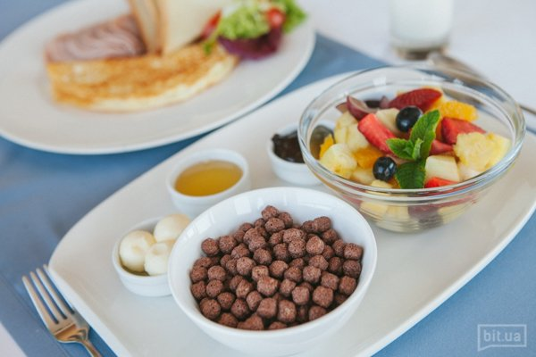 Континентальный завтрак — хлопья с молоком, корзинка домашней выпечки, масло, мед, джем, шоколадный крем, эспрессо/американо/американо с молоком/чай/грейпфрутовый/апельстновый фреш — 189 грн