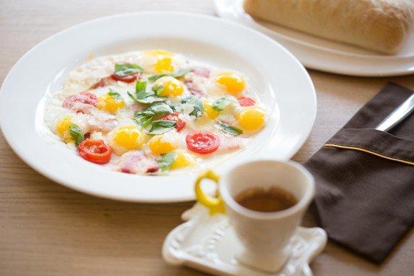 Яичница из перепелиных яиц с помидорами черри, пармезаном и беконом - 60 грн