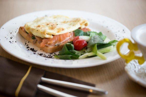 Тост с лососем, сливочным шпинатом и омлетом - 65 грн