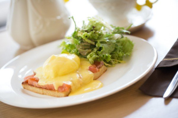яйца Бенедикт на тосте с курицей/лососем на выбор и соусом голландез - 65 грн