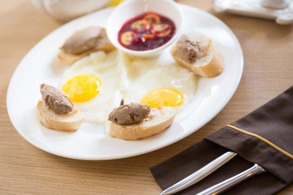 Нежный куриный паштет на гренках соусом из клюквы и кумкувата, глазунья - 55 грн