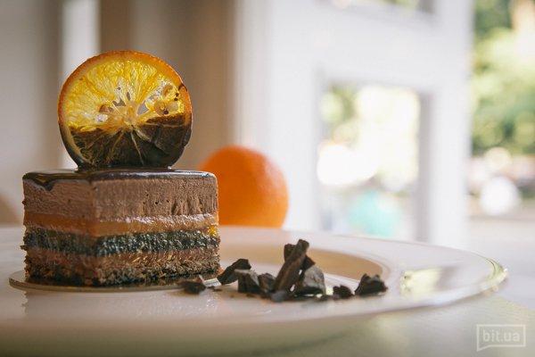 Rafael - шоколадный мусс, апельсиновое конфи, шоколадный бисквит с миндальной пудрой, хрустящая вафельная крошка с пралине 70— грн