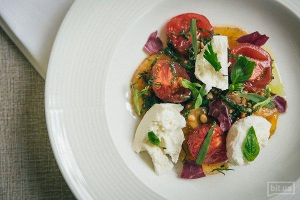Салат капрезе из двух видов помидоров, моцареллы, соуса песто и кедровых орехов - 260 гр, 126 грн