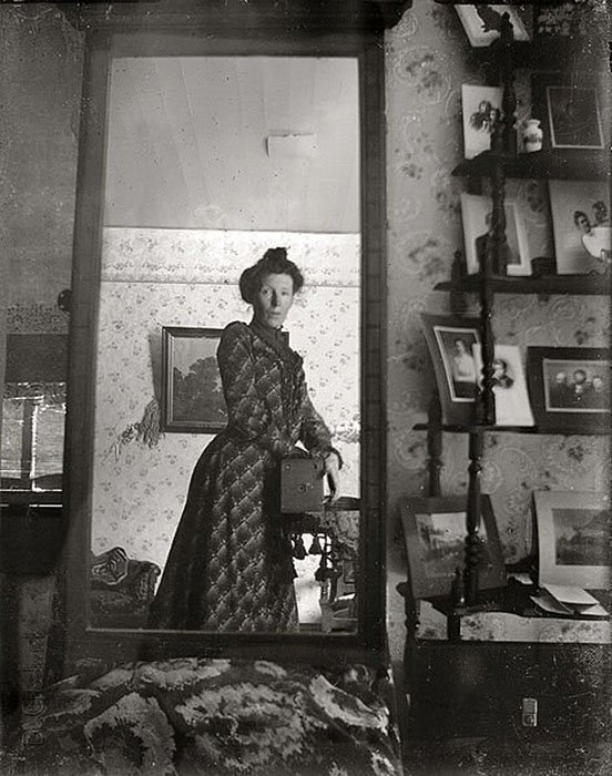 unidentified_woman_taking_her_own_photograph_using_a_mirror_and_a_box_camera_roughly_1900-21