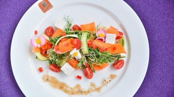 Салат летний с сезонными овощами, козьей фетой и конопляным маслом - 95 грн