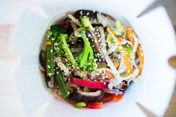Лапша Удон, болгарский перец, грибы Шиитаки, брокколи,фасоль спаржевая,кунжут, устричный соус