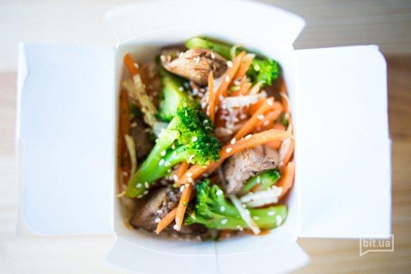 """салат """"Хебей""""- курица маринованная и обжаренная на воке, соус Терияки,  брокколи, морковь, ростки сои, корень сельдерея, кунжут  - 32 грн"""