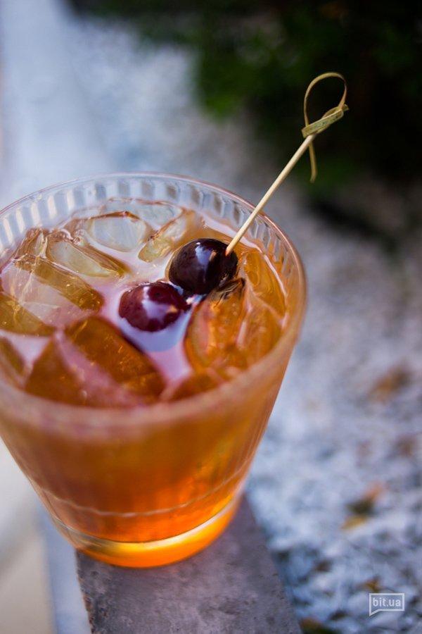 HOUSE 32 - бренди, сироп тирамису, яблочный сок, биттер, - 100 грн