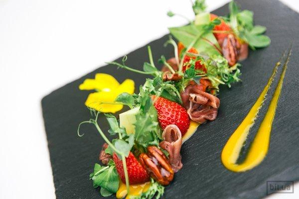 Салат с копченой утиной грудинкой, карамелизированым орехом пекан и клубникой - 150 гр, 192 грн
